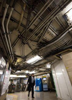 神田駅浅草方面側の改札。天井に張り巡らされた配管は、絡みつくツタのようにも見える
