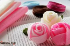 http://deliciouscraft.com/2013/02/sweet-felt-rose-headpin-and-brooch/#