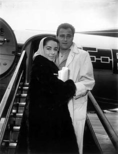 Liz Taylor und ihr dritter Mann Mike Todd. The marriage lasted till Todd's death on März 22. 1958. Elizabeth Taylor Jewelry, Mike Todd, New Jersey Beaches, Dark Blue Eyes, London Airports, Jewish Men, Star Wars, Come Fly With Me, Violet Eyes