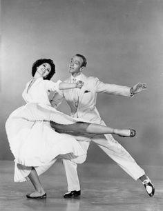 Fred Astaire (1899 - 1987) et Cyd Charisse (1921-2008) sur le fil Tous en scène, réalisé par Vincente Minnelli.