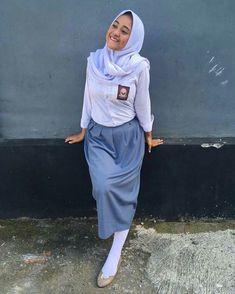 School Girl Dress, School Dresses, Girls Dresses, Beautiful Muslim Women, Indonesian Girls, High School Girls, Girl Hijab, Sexy Legs, Desi