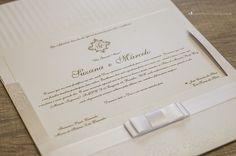 Convite de casamento com texto em relevo americano.
