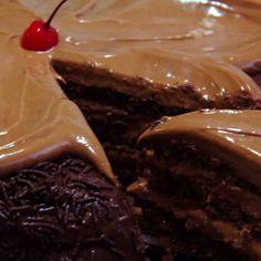 Bolo Choco L'amour: Bolo de chocolate fofinho, com recheio de creme de chocolate ao leite. Cobertura de brigadeiro, granulados e delicada flor de creme achocolatado de doce leite.   #DiNorma #love #cake #instagood #photooftheday