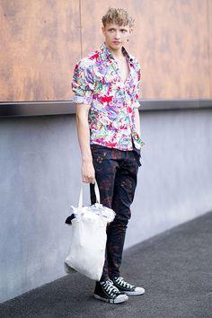 2015-07-31のファッションスナップ。着用アイテム・キーワードはシャツ, スニーカー, バッグ, パンツ, 柄シャツ,コンバース(converse)etc. 理想の着こなし・コーディネートがきっとここに。  No:120075