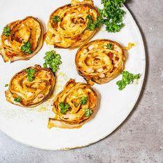 Przepyszny przepis na zapiekane rollsy z szynką i serem. Łatwo je przygotujesz w domu za pomocą kilku tricków, a efekt gwarantowany. Idealne do piwa ;)