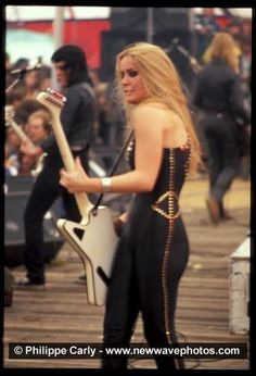 Music Pics, Music Images, Music Stuff, Female Guitarist, Female Singers, Pop Punk, 80s Rock Fashion, Rock And Roll, Bass