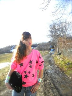 #pink #colors #neon #sweatshirt #fashionblogger #girl #amanda #style #fashion Felpa rosa shocking fluo, dipinta stelle glitter Amami tshirt, fashionamy-blog outfit idea