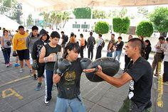 Nezahualcóyotl, Méx. 15 Mayo 2013. Mientras la enorme fila de solicitantes de empleo avanzaba en torno a la carpa gigante instalada en la Explanada Municipal, este grupo de jóvenes entrenaba box en un extremo del lugar.