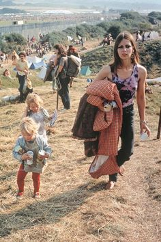 Isle of Wight Festival by David Hurn, England, 1969 photos) 70s Fashion, Fashion History, Hippie Vibes, 70s Hippie, Isle Of Wight Festival, Rock Festivals, Photographer Portfolio, Almost Famous, Magnum Photos