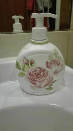 Pojemniczek na mydło w płynie metodą decoupage świetnie się prezentuje w łazience.