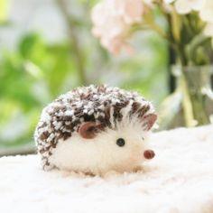 Tinker hedgehogs - 35 simple DIY ideas with cute faces - Basteln Glue Crafts, Yarn Crafts, Felt Crafts, Diy And Crafts, Crafts For Kids, Recycled Crafts, Preschool Crafts, Hedgehog Craft, Cute Hedgehog