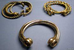 (England) Celtic gold torcs from Snettisham hoard. ca century CE. Viking Jewelry, Ancient Jewelry, Viking Rings, Jewelry Tags, Bridal Jewelry, Iceni Tribe, Vikings, Princess Cut Diamond Earrings, Iron Age