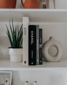 Coffe Table Books, Coffee And Books, Fashion Coffee Table Books, Decoration Inspiration, Room Inspiration, Ikea Plants, Aesthetic Room Decor, Room Ideas Bedroom, Home Room Design