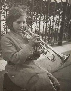 Dora Maar, Jeune fille jouant de la trompette