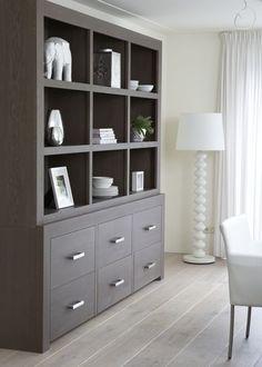 Mooie strakke winkelkast model Enjoy. Strakke kast, witte kast, schragen, eiken tafel, vakkenkast, boekenkast.Interieur, interieurstyling by House.