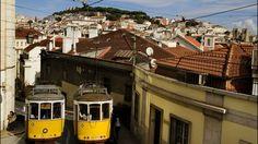 Lisbonne, un tramway nommé plaisir Via Le Figaro |22/04/2013 Frôlant piétons et linge tendu aux flancs d'immeubles couverts de faïence, négociant de vertigineuses descentes, depuis 1901, l'antique eléctrico se faufile d'étroite ruelle en belvédère panoramique dans les plus célèbres quartiers de la ville...Quarante minutes à ce train-là, c'est peu pour prétendre connaître Lisbonne mais assez pour donner envie de le reprendre aussitôt en sens inverse #Portugal