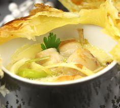 Épatez vos convives avec cette recette facile de mini cocottes feuilletées de Saint-Jacques.