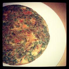 Tortilla de Vegetales y Atún: 3 Claras, 2 latas de atún en Agua peq, 1/2 calabacín picadito, cebolla, pimentón, 1 tz espinacas congeladas, 1/2 lata peq.. Champiñones Laminados, mostaza y ajo en Polvo. # almuerzo alicefit # # fitfood fatloss # # fitbody # cuerpofit