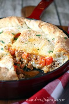 Skillet Sausage and Pepper Calzone Recipe: This deep dish skillet calzone is loaded with Italian sausage, bell peppers and melted cheese. It's a hearty, crowd-pleasing meal! Sausage Recipes, Pork Recipes, Casserole Recipes, Cooking Recipes, Budget Cooking, Vegetarian Cooking, Recipies, Vegetarian Barbecue, Pizza Recipes