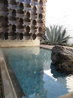 Palm springs mid century pool and look at the fabulous outdoor wall art and sculpture! NOIR BLANC un style: A Palm Springs déco typiquement Outdoor Spaces, Indoor Outdoor, Outdoor Living, Outdoor Decor, Outdoor Lounge, Outdoor Pool, Palm Springs, Modern Pools, Mid-century Modern
