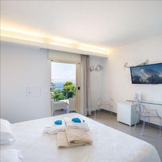 L'Art Hotel Gran Paradiso si trova a Sorrento, Napoli. È dotato di terrazze panoramiche con vista direttamente sul mare e al suo interno sono presenti numerose opere d'arte moderna. Sorrento, Italy, Boutique Hotels, Italia