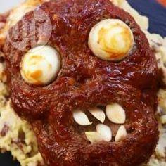 Ein gruseliger Hackbraten als Zombiegesicht geformt. Das Rezept und die Anleitung für den Halloween Zombie Hackbraten gibts auf Allrecipes @ de.allrecipes.com