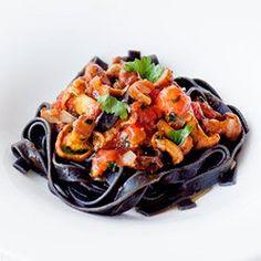 Czarny makaron z kurkami i pomidorami | Kwestia Smaku