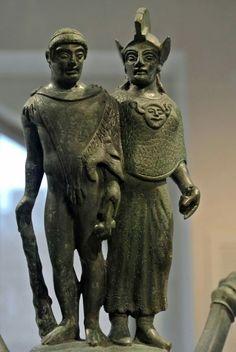 Etruschi. #Hercle con pelle di leone e clava insieme a #Menrva che indossa l' egida (per alcuni una corazza, per altri uno scudo) con la testa della Gorgone Medusa. Pinnacolo di un candelabro etrusco in bronzo. Da #Vulci, 500-475 a.C. The Metropolitan Museum of Art, New York