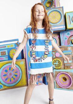 As listras também aparecem com força na moda infantil. Com a particularidade de aparecer em faixas mais grossas e até multicoloridas. Experimente o efeito em planos e malhas, fios tintos e estampados! - #kidswear #stripes #dress #FocusTextil