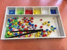 Dienblad van Action, tang van Ikea Zachte bolletjes van Zeeman.
