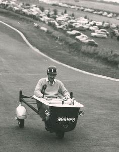 Graham Hill riding a motorised bathtub in Brands Hatch Damon Hill, Kart Racing, Go Kart, Vintage Racing, F1 Drivers, Dirt Track, Formula One, Car And Driver, Car Wheels
