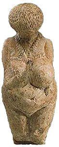 Venere di Kostienki - 23000-22000 anni fa - avorio scolpito a tutto tondo con tracce di ocra rossa - da Kostienki, Russia - Hermitage Museum, San Pietroburgo, Russia.