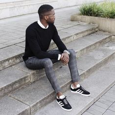 For an effortlessly sleek ensemble, try pairing a black crew-neck sweater with grey plaid dress pants — these two pieces go pretty good together. Infuse a more casual aesthetic into your look by finishing with a pair of black and white suede low top Grey Pants Outfit, Black Outfit Men, Mens Dress Pants, Black Sweater Outfit, Tartan Pants, Plaid Dress, Looks Baskets, Gq Mens Style, Sneakers Outfit Casual