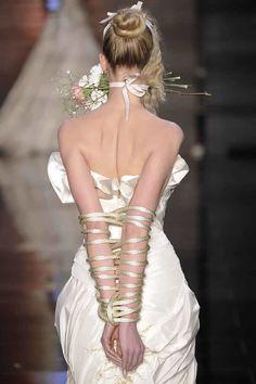 Samuel Cirnansck ousa na SPFW - Noivas amarradas! - Saiba mais em http://vestido-de-noiva.org/noivas-amordacadas-no-desfile-de-samuel-cirnansck-causam-polemica/