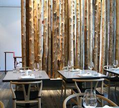 modernes interior mit Holzstämmen als idee für raumteilung