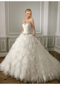 Luxurious Elegant Strapless Organza, Tulle Strapless Ball Gown Wedding Dress