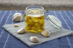 L'aglio sott'olio un modo per conservarlo a lungo evitando che si annerisca e che germogli e un olio aromatizzato sempre a portata di mano