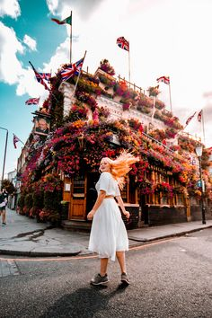 """Discover the beautiful flower decorations in the city of London. Real """"MUST SEE"""" items you should add to your London itinerary! London Winter, London Christmas, London Shopping, London Travel, London Pictures, London Photos, London Photography, Travel Photography, Ireland Pictures"""