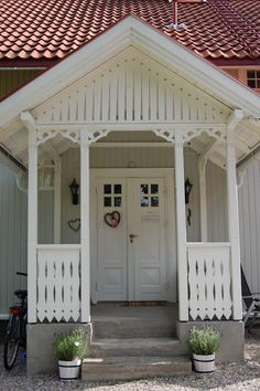 Need a new garden or home design? You're in the right place for decoration and remodeling ideas.Here you can find interior and exterior design, front and back yard layout ideas. Rustic Houses Exterior, Interior Exterior, Exterior Design, Norwegian House, Swedish House, Porches, Rustic Staircase, Pergola, Rustic Home Design