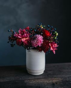 Autumn table decoration - 51 suggestions for an autumn table - table decoration fresh decoration with autumnal flowers - Fall Flowers, My Flower, Red Flowers, Flower Vases, Flower Power, Beautiful Flowers, Wedding Flowers, Flowers Nature, Autumn Table