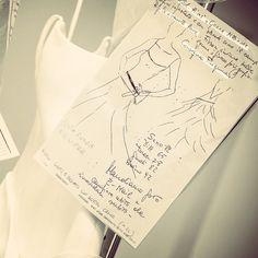 Come nasce una magia ed una storia di passione e amore per il lavoro di #sartoria? Gli strumenti sono: design innovativo, tessuti pregiati #madeinItaly, bottoni, forbici, ago e filo! #atelierbackstage #couturier #designer #fashiondesigner #stilista #sartoria #sarta #sarto #ungiornoinsartoria
