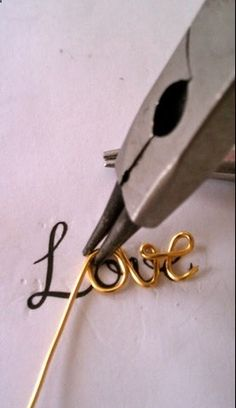 DIY - love script necklace tutorial craft-ideas-i-like Wire Jewelry Making, Make Your Own Jewelry, Wire Wrapped Jewelry, Jewellery Making, Wire Crafts, Jewelry Crafts, Craft Jewellery, Wire Jewellery, Custom Jewelry