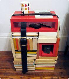 Quando a ideia é boa e sustentável...Criado mudo feito com livros velhos!