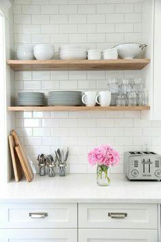 Открытые полки на кухне и классическая белая посуда