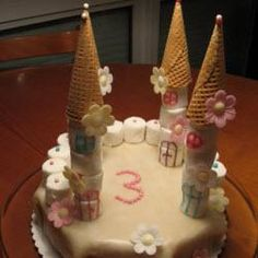 Die #Türme dieser #Prinzessin Torte werden aus Marshmallows und Eistüten gebaut.   #Kindergeburtstag http://de.allrecipes.com/rezept/13138/prinzessin-torte-schloss.aspx
