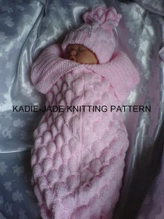 Baby Knitting Patterns Cocoon A knitting pattern to make a beautiful butterfly effect, textured Cocoon & match… Diy Crafts Knitting, Knitting For Kids, Baby Knitting Patterns, Baby Patterns, Knitting Projects, Free Knitting, Double Knitting, Knitting Ideas, Baby Bunting