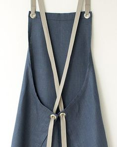 This Kitchen Apron in a luscious dark slate-blue linen. Its elegant, but thoroughly tested and approved for durability. Comfortable straps fit to your body and eliminate any strain on your neck. linen, finished with sturdy nickel-plated grommets and s Sewing Hacks, Sewing Tutorials, Sewing Crafts, Sewing Projects, Sewing Patterns, Sewing Tips, Apron Patterns, Dress Patterns, Fabric Crafts