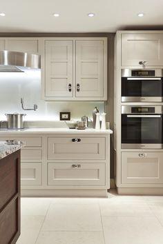 Martin Moore - Modernist Kitchen 3 Kitchen Paint, New Kitchen, Kitchen Ideas, Kitchen Cabinets, Martin Moore Kitchens, Countryside Kitchen, English Country Kitchens, Pantry Cupboard, Kitchen Utilities