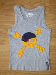 Camiseta personalizada a mano con telas y fieltro. Calavera pirata. Pirate.
