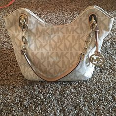 Michael Kors bag! Tan signature print with gold chains on the straps. Perfect size and very comfortable on the shoulder! Used but in very good condition! MICHAEL Michael Kors Bags Shoulder Bags